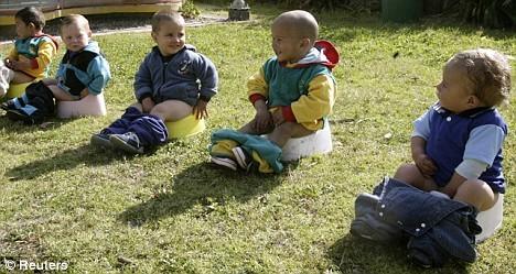 2岁半的宝宝现在还尿裤子,教过如厕但作用不大,该怎么办?