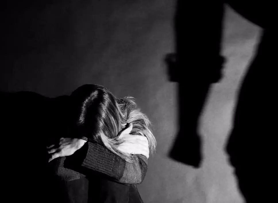 因为家暴离婚三年了,可现在又遇到一个潜伏的家暴男,该原谅还是放弃?