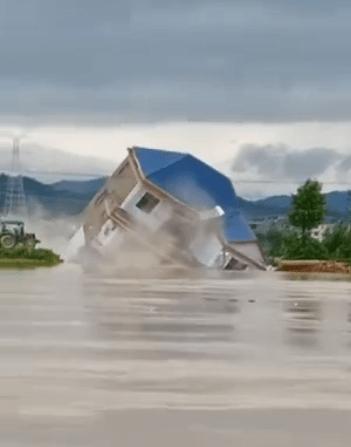 江西鄱阳一栋楼瞬间被洪水冲毁!人员已提前转移,堤坝出现破裂!