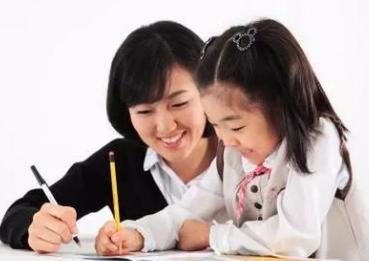 建议不要一直坐孩子旁边盯着陪做作业,自我看法分享大家!