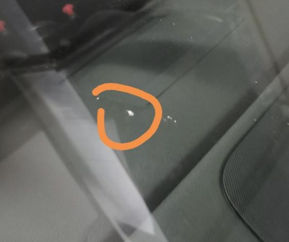 车前挡被石头砸了一个小坑要怎么办?我现在需要换前挡吗?