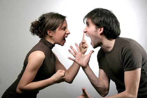 老公手机里很多别人老婆的照片,我发脾气,结果他比我更凶!