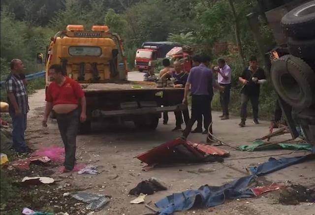 突发!河南货车侧翻掩压路边群众致8死11伤,事发时村民正捡拾蒜瓣!