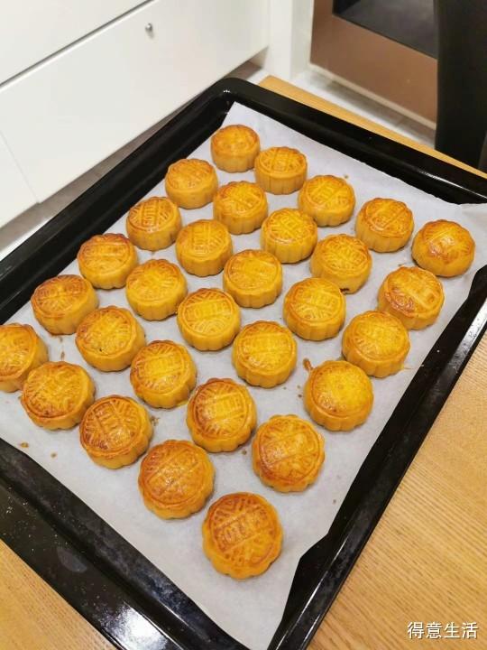庆祝双节,自己动手制作纯手工无添加月饼应应景,简单又好吃!