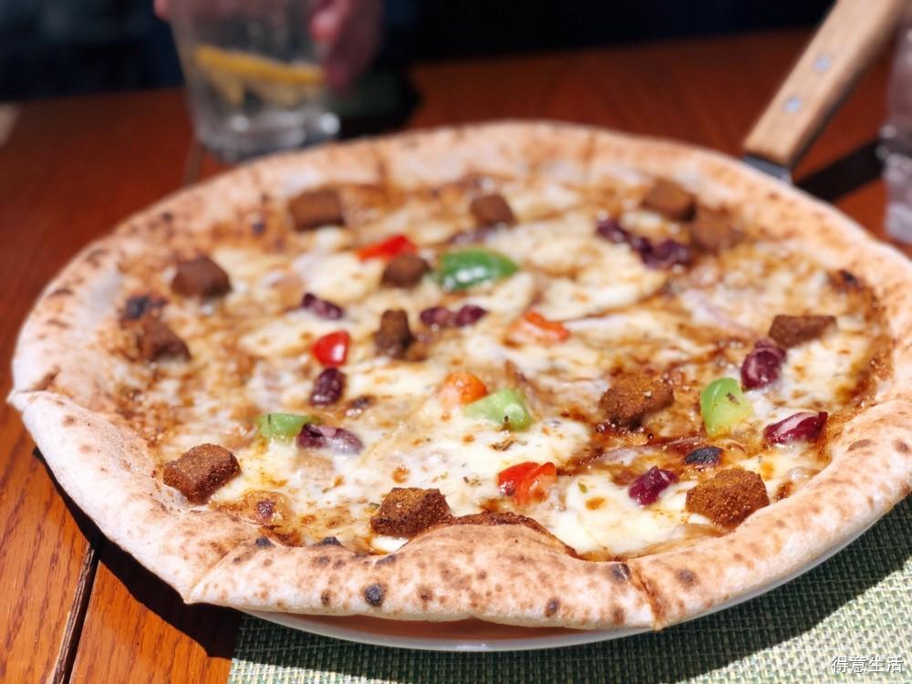 这家森系小清新的披萨店,榴莲和金枪鱼两种披萨味道是真不错!