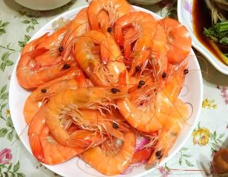 """每天晚餐都会做很多菜,昨天虽只做了三个但有虾也有肉!室友竟然说""""今天就这?"""""""