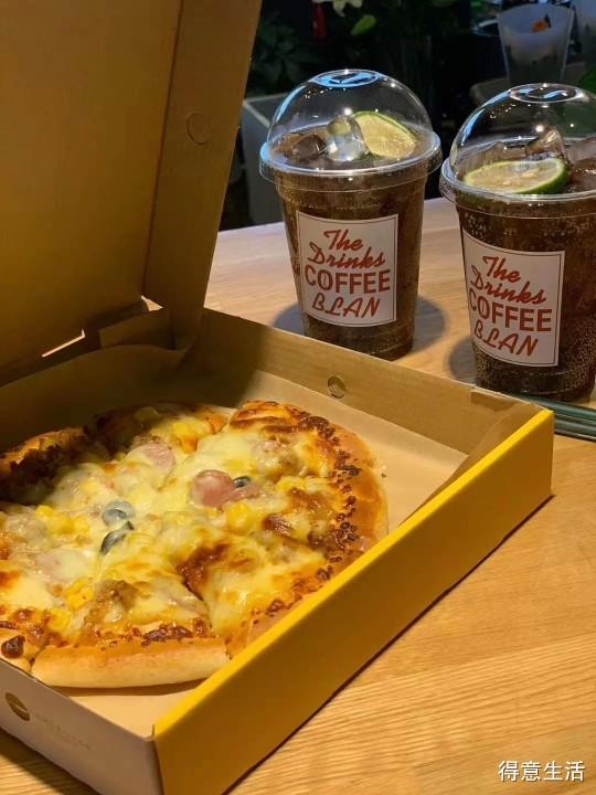 秋天了,吃块披萨,喝点咖啡加奶茶,完美的续命套餐!