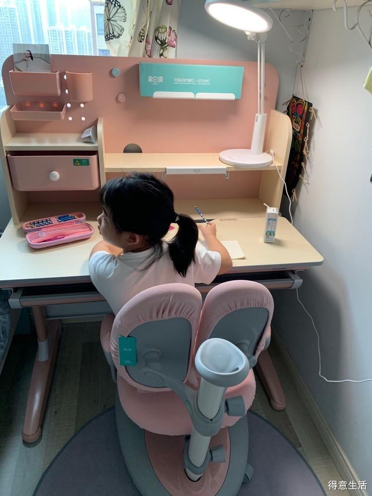 某宝+直播+团购,前后折腾了大半个月,终于把娃的学习桌敲定啦,笔芯!