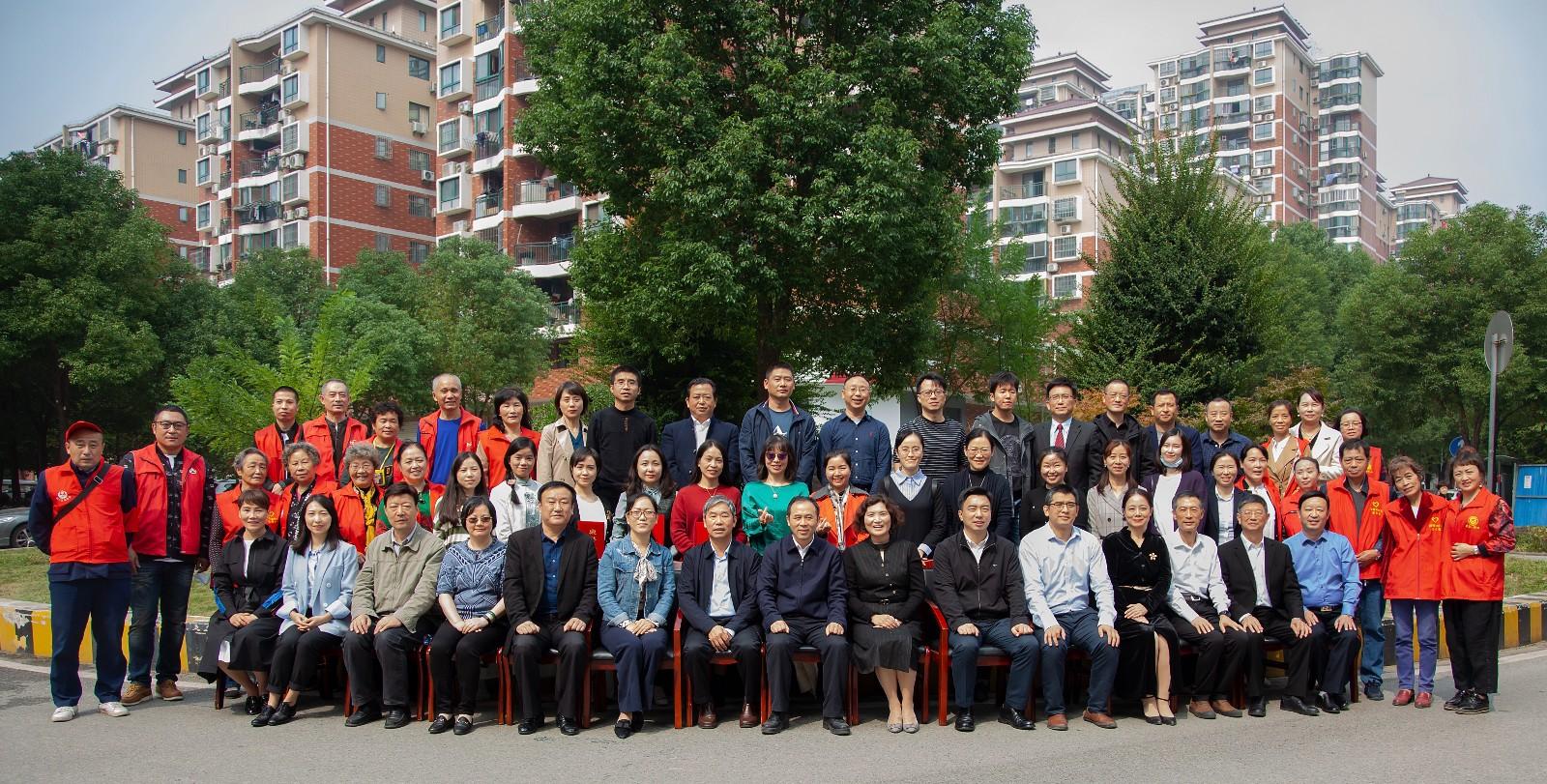 湖北省社会心理学会心理援助志愿服务突击队授旗仪式举行!