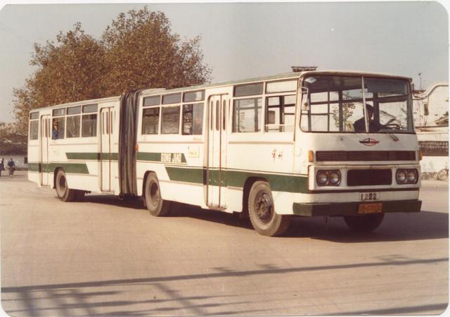 觉得公交车太挤的亲们,你们可知道武汉80年代的公交车是什么样吗?