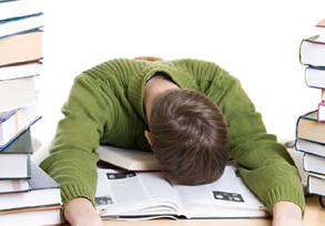 小孩子整天就知道玩还拖沓,厌学不想上学怎么办?
