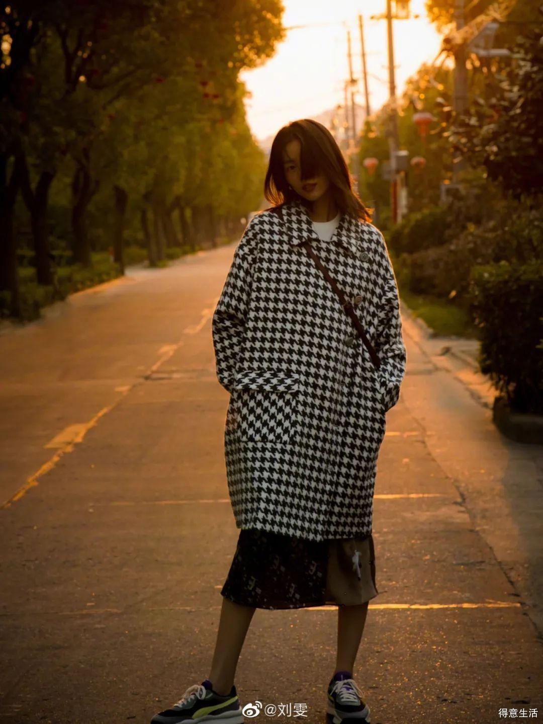 初冬怎么穿裙子,跟刘雯学就完事了!教你值得pick的时髦穿法!