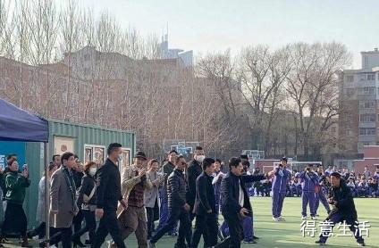 兑现承诺!林志炫赴十年之约与同学们唱单身情歌!