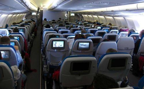 孩子在飞上哭闹,妈妈和乘客吵起来了,妈妈的错还是乘客的不理解?
