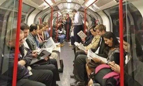 最近在地铁里发现一股清流:有人手上拿的不是手机,取而代之的是一本书