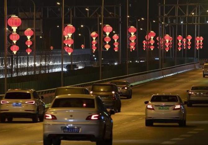 晒照!武汉街头点亮红灯笼,节日氛围一下就来了!