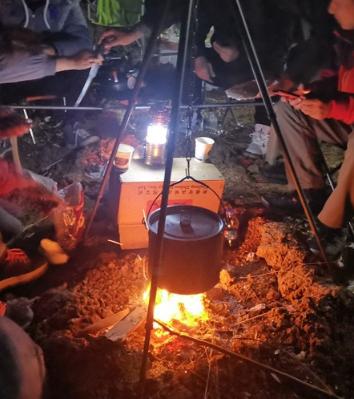 自备食材自烤羊腿,车友们开上房车一起吃了个热闹的年饭!