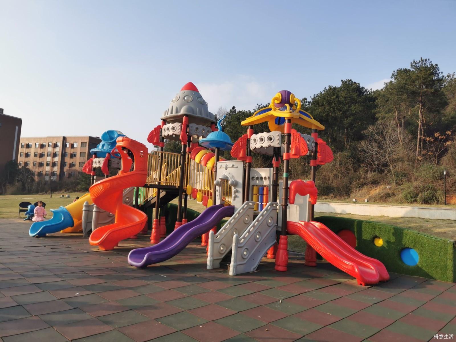 近郊公园了解下,场地开阔随心跑,散步玩耍两相宜,居然还能踢足球!