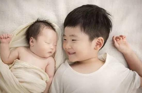 二胎小时候是个玩伴,长大结婚后只是个亲戚而已,你怎么看?