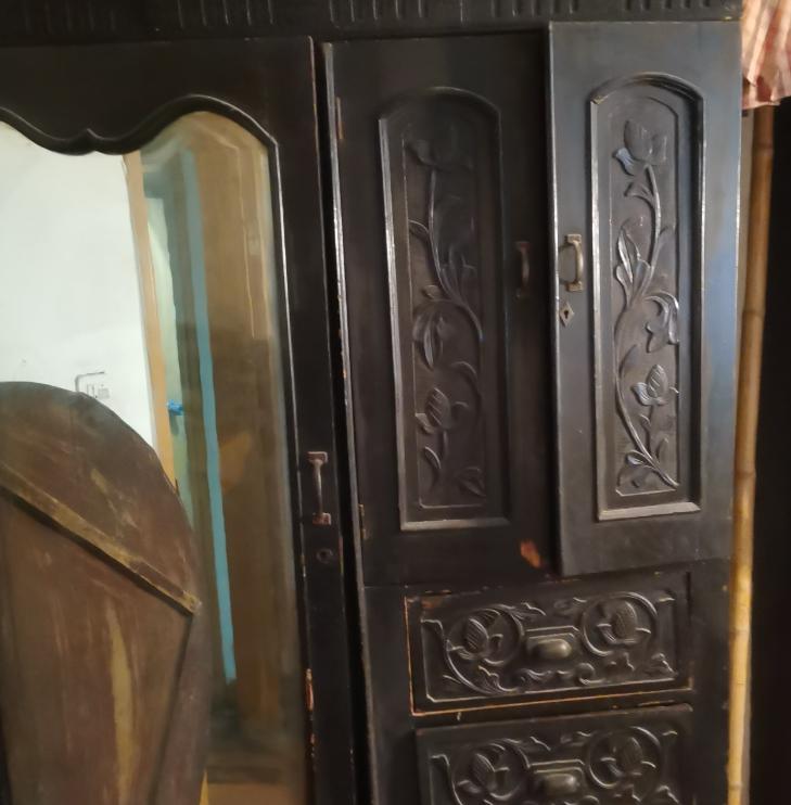爷爷家一直保留得衣柜,不知道有没有收藏价值!