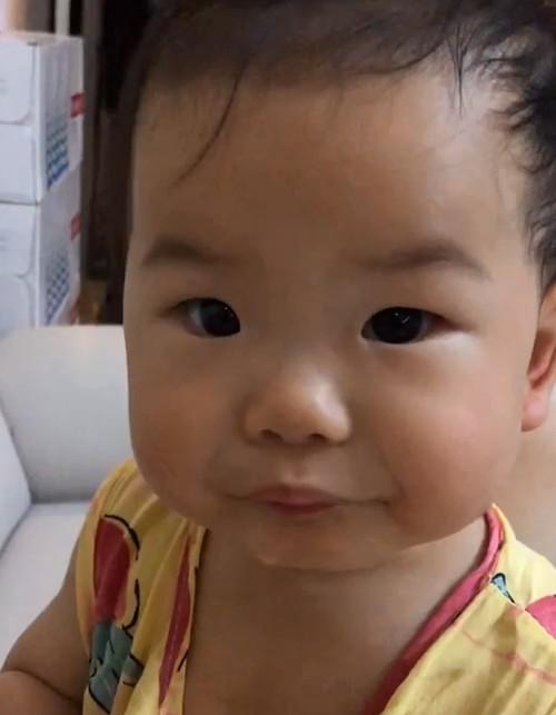 10月龄宝宝吃桃子卡主后自己吞下,现在回想真的太吓人了!