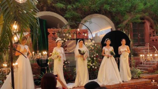 有幸参加了仲夏夜鸡尾酒会,品酒、婚纱、花艺、菜品,享受着艺术和美的洗礼!