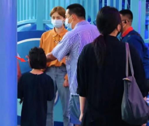 黄磊孙莉带娃游环球影城,4岁小儿子正脸首曝光!