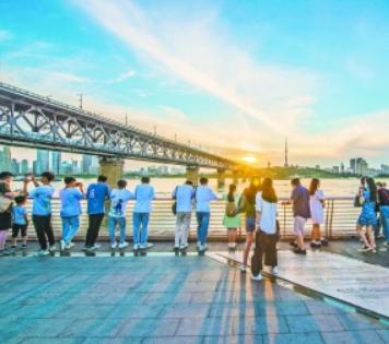 热门时段每天近万游客来此一游,64岁武汉长江大桥成网红打卡地!